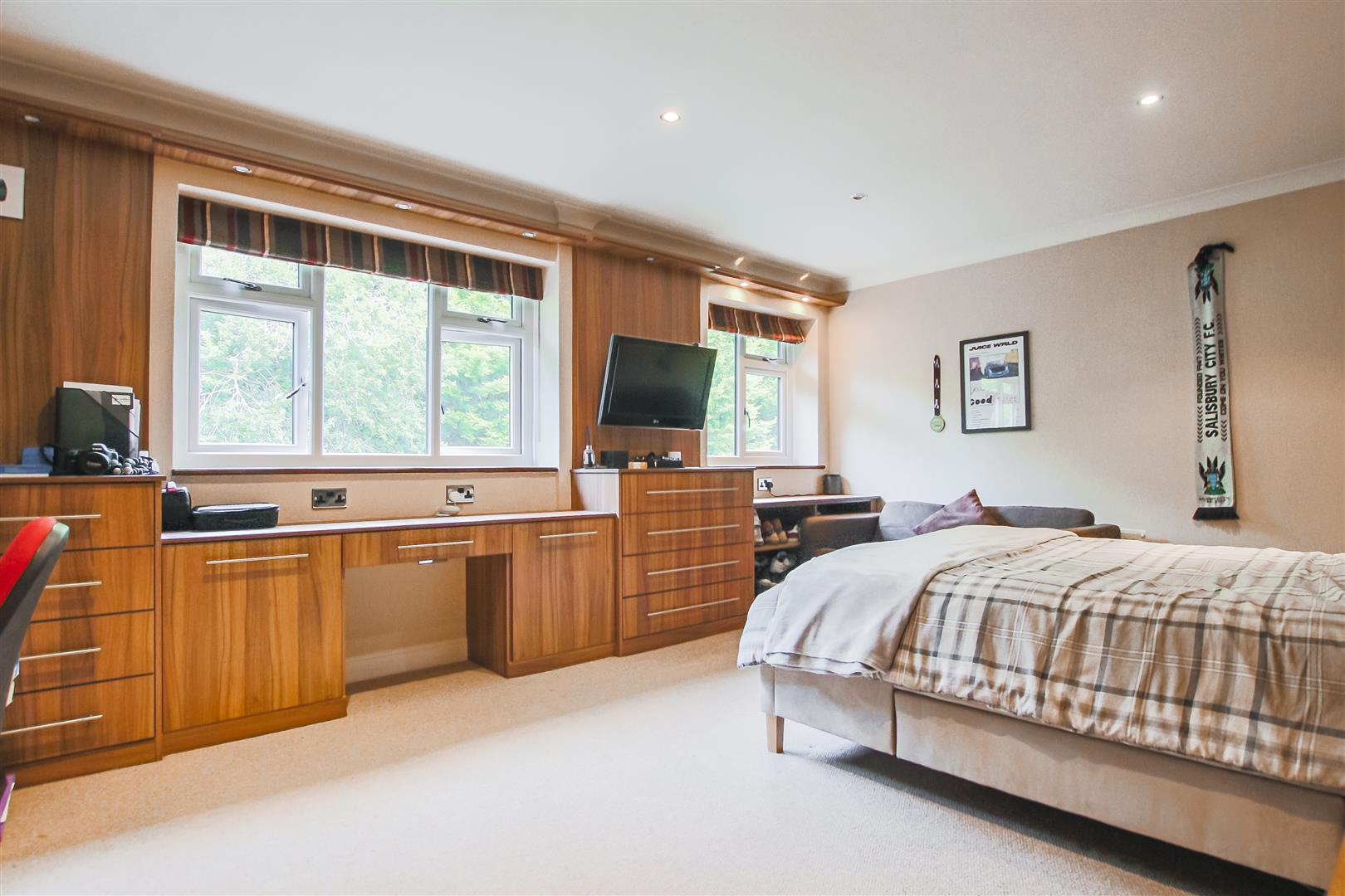 6 Bedroom Detached House For Sale - Bedroom two